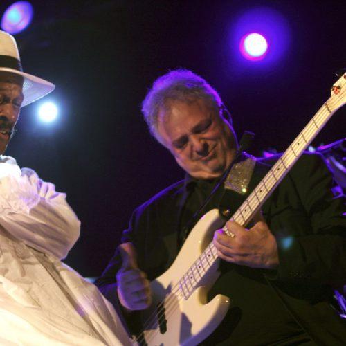 20 APRIL 2010 Larry Graham in WATT Rotterdam; Een diepe baritonstem en een moddervet basgeluid: basgitarist, zanger, producer en componist Larry Graham (1946) is een van de funklegendes die onze wereld rijk is. Bekend werd hij als bassist van de funk-, soul- en rockband Sly & The Family Stone, waar hij van 1966 tot 1972 in speelde. Daarna richtte Graham zijn eigen band op, Graham Central Station, waarmee hij onder meer de hit 'Hair' scoorde. Graham had met zijn specifieke 'slapping'-techniek grote invloed op de progressieve funk-klank van de jaren zeventig. Naast zijn soloalbums en werk als producer voor andere artiesten speelde de bassist ook nog tot na de eeuwwisseling in Prince's New Power Generation. Het is even stil geweest, maar de man komt eindelijk met zijn stuwende funk naar Europa voor een paar shows. Larry Graham is een van de artiesten die op het North Sea Jazz Festival 2010 staat.  Foto: Peter de Jong©2010